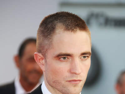 Robert Pattinson se rapa el pelo en el Festival de Deauville ¿qué te parece su cambio de look?