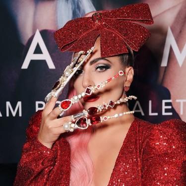 Ni Rosalía, ni nada, para manicura loca la de Lady Gaga en la presentación de su maravillosa paleta de sombras de ojos (que ya se vende en Amazon)