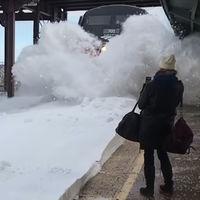 Un tren generando una avalancha de nieve en slow-motion es lo más placentero que vas a ver hoy
