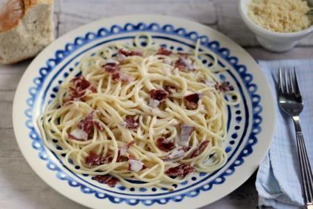 Spaghettoni con crema de queso y prosciutto. Receta