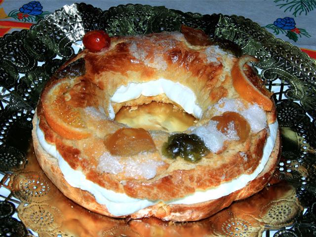 Roscón de Reyes relleno de nata montada