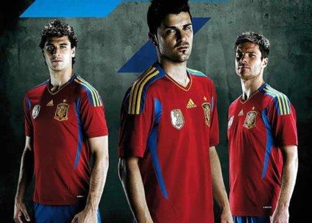 La nueva camiseta de la selección española de fútbol con Alonso, Villa y Llorente