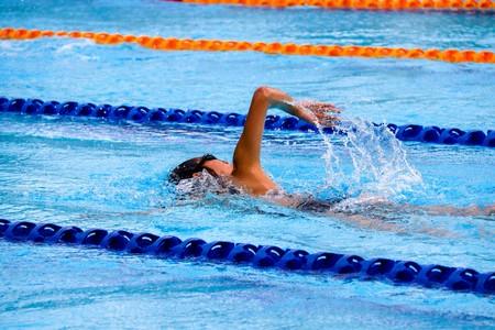 Entrenar en el gimnasio para nadar mejor: los ejercicios que no te puedan faltar fuera del agua