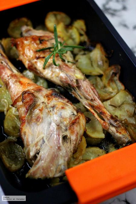 Paletilla y pierna de cabrito asadas con patatas panaderas. Receta de Navidad