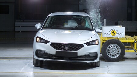 El SEAT León y el Land Rover Defender se llevan la máxima nota de Euro NCAP, que deja al Honda e sin las cinco estrellas