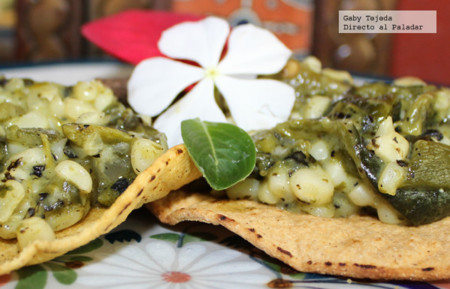 Receta: Rajas de chile poblano con elote y crema