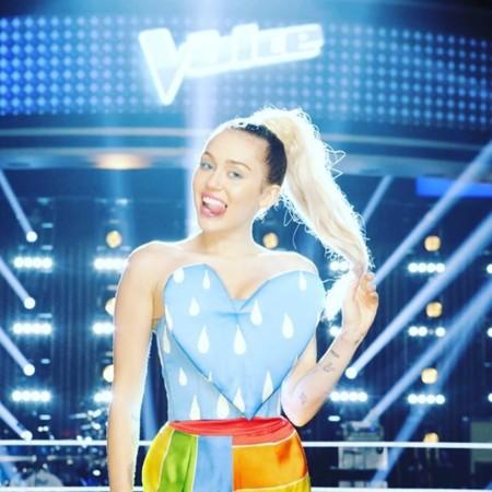 El último (y desastroso) look de Miley Cyrus tiene firma española: Agatha Ruiz de la Prada