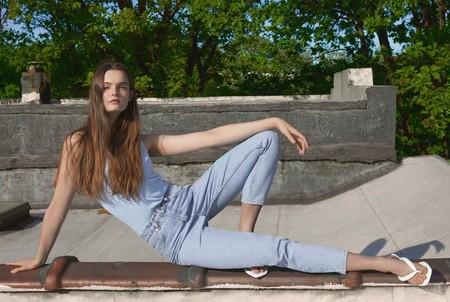 El verano de Zara se viste con prendas básicas y estampados florales (a todo color)