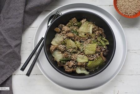 Si os gustan guarniciones que se salgán de lo común, esta receta de setas con pak choi en salsa de ostras os encantará