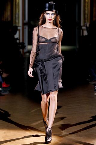 Foto de Givenchy Alta Costura Primavera-Verano 2010: una colección dominada por las transparencias (2/17)