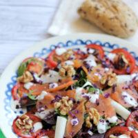 Ensalada colorida de salmón, nueces y hojas frescas. Receta