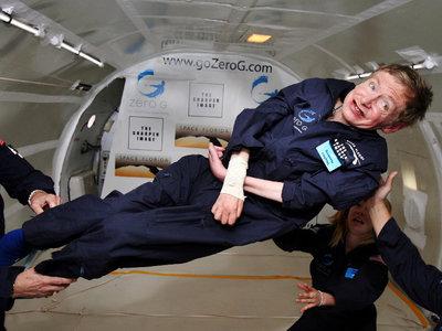 Stephen Hawking está en realidad muerto y lo han sustituido por un robot (o al menos eso dice la gente)