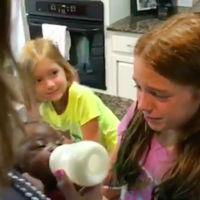 Los niños no nacen racistas: la emotiva reacción de dos niñas cuando sus padres les presentan por sorpresa a su nueva hermanita adoptada