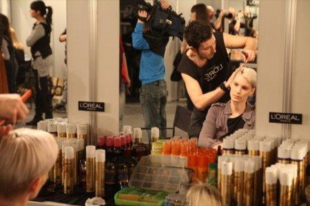 Backstage con las modelos, looks de calle y más detalles del primer día de la Cibeles Madrid Fashion Week