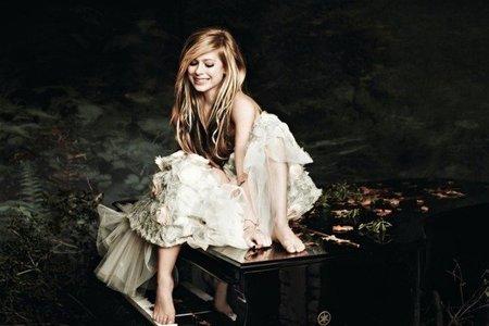 Avril Lavigne se tira del moño con otra y el que sale escaldado es su novio