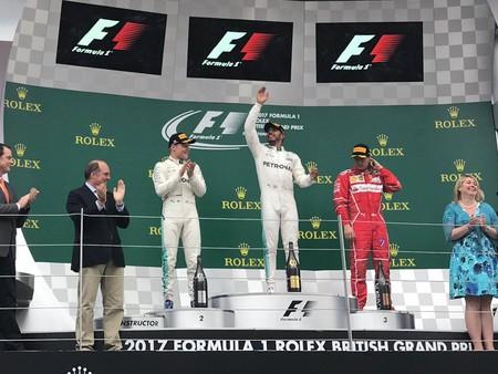 Lewis Hamilton gana ante su público en Silverstone tras el declive de Vettel. Los dos españoles se retiran