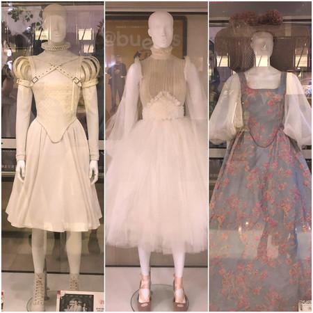 Piezas del vestuario expuestas en el cine Renoir Princesa de Madrid