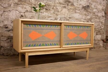 Muebles pintados a mano con motivos geométricos de Volk