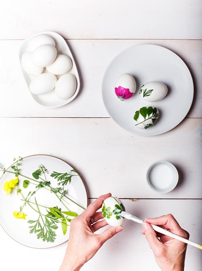 Huevos de pascua decorados con flores