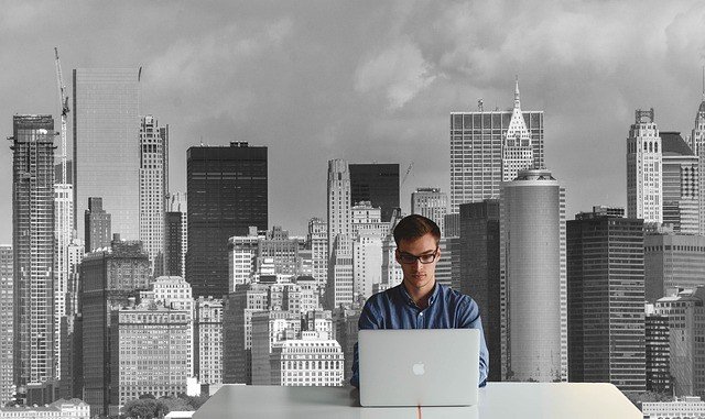 Hombre joven frente a su portátil.