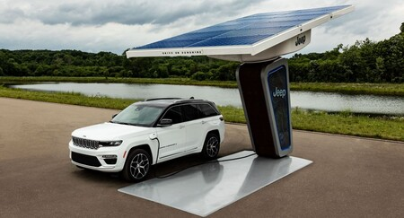 Desveladas las primeras imágenes del Jeep Grand Cherokee 4xe y nuevos puntos de recarga solares para coches eléctricos