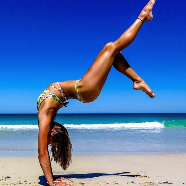 Amandabisk Instagram fitness yoga