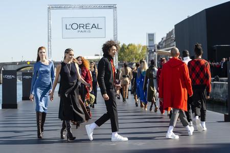 El desfile de moda y belleza de L'Oréal Paris sobre el río Sena es la mayor oda a la diversidad