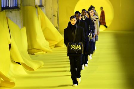 Política, plástico y pelo: el desfile de Raf Simons en la semana de la moda de París