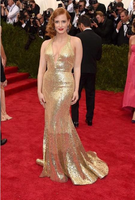 Patinazo de Jessica Chastain con su Givenchy dorado en la Gala Met
