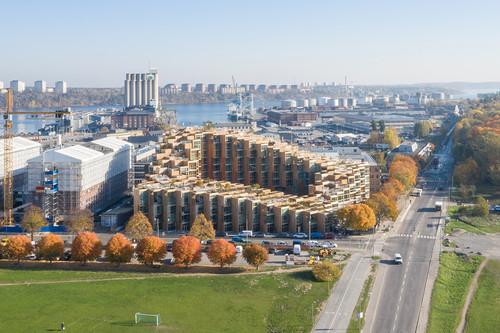 Arquitectura de futuro en Estocolmo, un edificio en cascada en la ladera de un parque natural