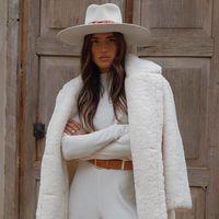 Los total look en color blanco son aptos para invierno, palabra del street style