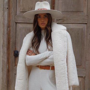 Los total look en color blanco son aptos para invierno, palabra del street style