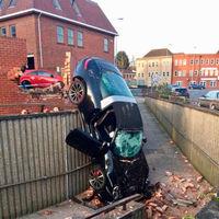"""¡Freestyle! Un hombre de 73 años """"consigue"""" aparcar de pie su Porsche 911 Targa 4S"""