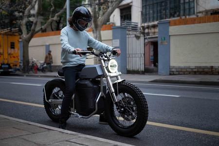 La moto eléctrica Switch eSCRAMBLER de 68 CV y 150 km de autonomía nos quiere convencer con sus aires retro