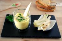 Vasitos de yogur griego al curry con palitos de verduras. Receta saludable