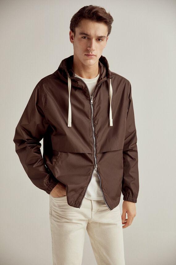 Chaqueta deportiva en color marrón con capucha