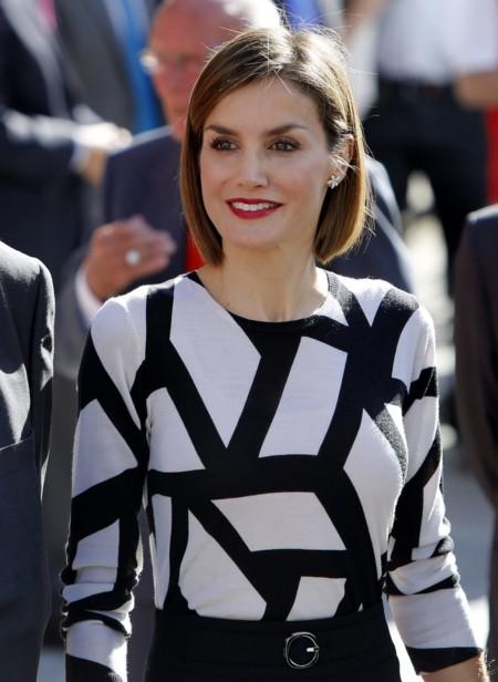 La falda de Doña Letizia se acorta en su último look en blanco y negro