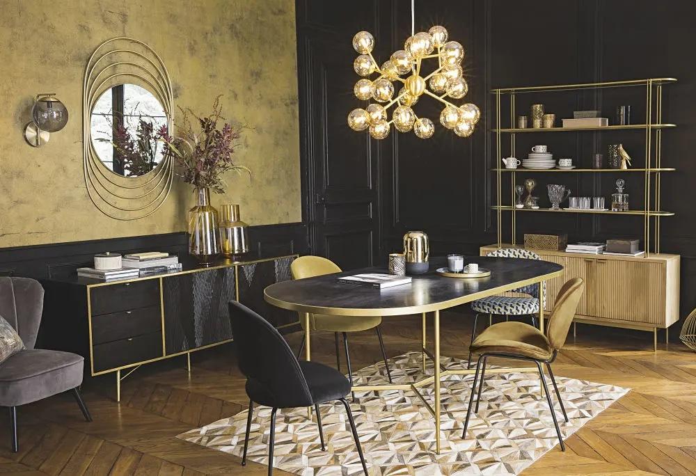 Lámpara de techo con varias bolas de cristal ámbar y metal dorado.