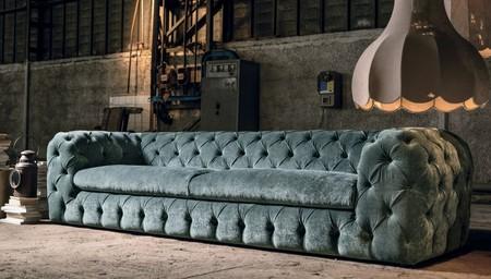 El terciopelo, rey del textil: Nueve sofás que te harán suspirar por ellos esta temporada