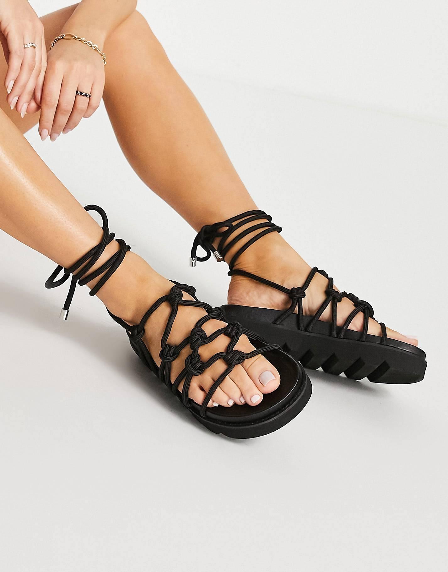 Sandalias negras de cuerda gruesa.