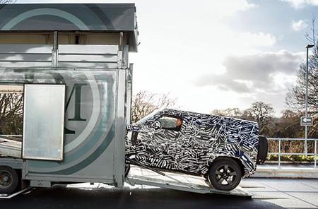 El nuevo Land Rover Defender se deja ver, aún camuflado y anunciando su estreno en 2019