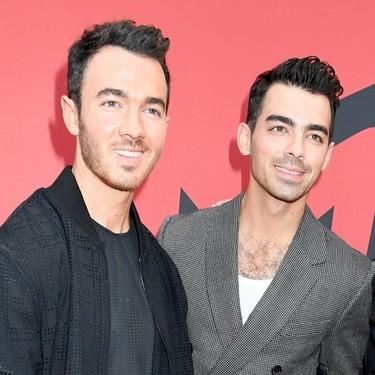 Los Jonas Brothers apuestan por los tonos oscuros para la red carpet de los MTV VMAs