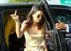 Kendall Jenner dedica una peineta a la prensa. Su look nos gusta bastante, pero ¿tanto como para perdonar?