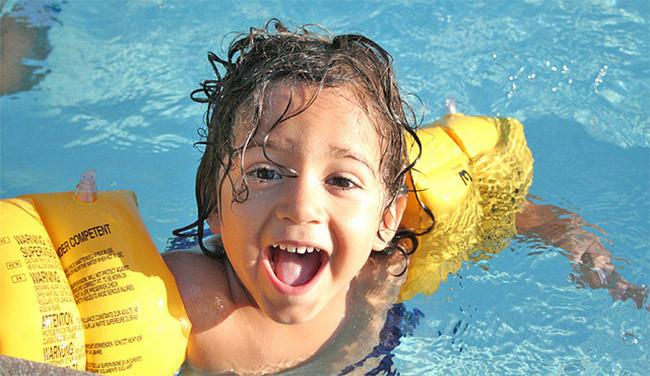 En la piscina y en la playa ni manguitos ni flotadores for Manguitos piscina