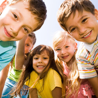 Hijos, hermanos, amigos: ser conscientes de sus diferentes roles beneficia el desarrollo de habilidades cognitivas en los niños