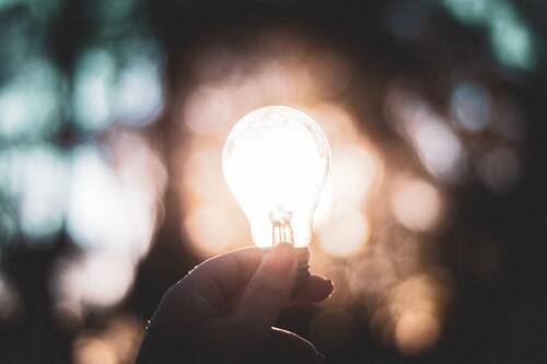 El subidón de la nueva factura de la luz comparando ayer con hoy: un 41% en los horarios que más electricidad usamos