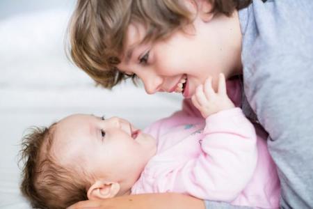 """¿El segundo hijo enferma más que el primero? Será que nada más nacer ya va a la """"guardería"""""""