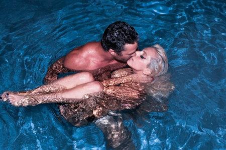 Que Lady Gaga y su novio retozan en una piscina... ¡es <em>pa'verlo</em>!