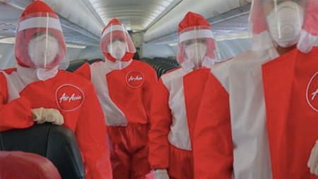 Air Asia adapta sus uniformes a los tiempos de Covid-19 y muy favorecedores no son