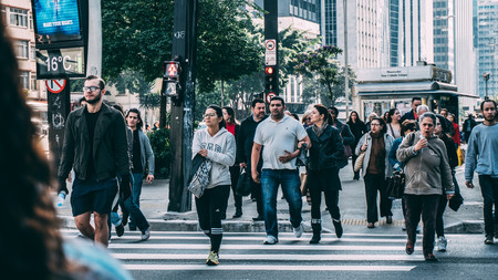 A mayor tamaño y riqueza, más prisas: por qué en unas ciudades se anda más rápido que en otras